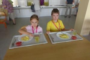 Patroni a prvňáčci na obědě